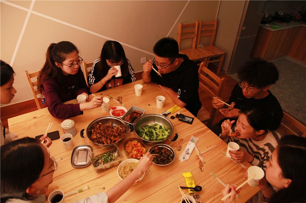 """浙江农林大学公寓楼下建起""""自助共享厨房"""",学生想吃什么可以自己做"""