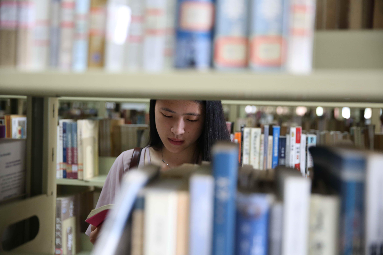 大学图书馆看书图片